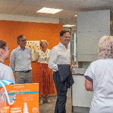Premier Rutte op de koffie bij de Zuiderpark Apotheek